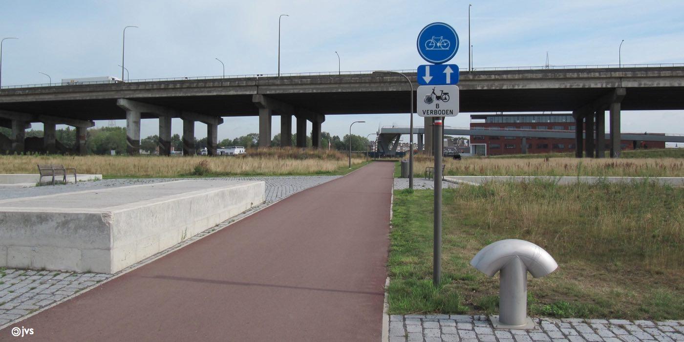 lleen fietsers mogen op de nieuwe IJzerlaanbrug